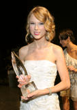 Taylor Swift - Страница 2 Th_49292_Preppie_-_Taylor_Swift_at_the_Peoples_Choice_Awards_2010_in_Los_Angeles_-_Jan._6_2010_971_122_164lo